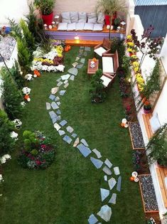 48 Favourite Small Yard Landscaping & Flower Garden Design When it comes to the back garden, bigger is not always better. Small spaces outside the room can be just as fun for entertaining in the spring as well as … Large Backyard Landscaping, Small Backyard Design, Backyard Seating, Garden Seating, Landscaping Ideas, Backyard Ideas, Patio Ideas, Small Patio, Sloped Backyard