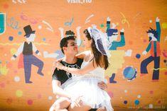 Ensaio no bloco de carnaval: Cris e Rafael - Aliança Rebelde - Raoní Aguiar Fotografia - e-session - Brazil - Brasil - Rio de Janeiro - Bloco de carnaval - Carnaval de rua - Pre-wedding - Pré-casamento - Blog Aliança Rebelde - casamento alternativos - confete