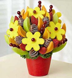 Order Our Sweet and Delicious Fruit Bouquet from Ingallina Box Lunch Los Angeles; our garden of mouthwatering melon & orange wedges, juicy dipped strawberries and sweet pineapple daisies. Edible Fruit Arrangements, Edible Bouquets, Food Bouquet, Fruit Creations, Fruit Gifts, Fruit Decorations, Incredible Edibles, Fruit Displays, Delicious Fruit