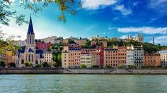 Bords de Saône à Lyon France façades d'immeubles colorés et ciel bleu > addicted to Lyon