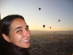Vista do céu e das formações rochosas da Capadócia a partir do passeio de balão realizado pela região. São vários balões que partem juntos que há até um congestionamento no ar.