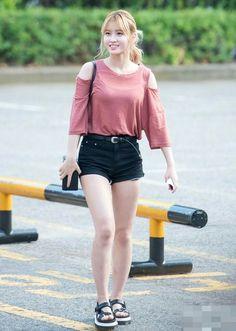 Twice Momo Airport Fashion - Official Korean Fashion Korean Fashion Trends, Kpop Fashion, Girl Fashion, Airport Fashion, Street Fashion, Kpop Outfits, Girl Outfits, Cute Outfits, Fashion Outfits