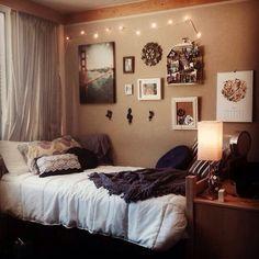 Love the neutral color scheme in this dorm room! #dormdecor #college #smallspacestyle