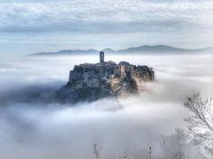 Fundada mais de 2.500 anos atrás, a Cidade de Bagnoregio é agora uma cidade em perigo. Durante o século 20, a população da cidade diminuiu consideravelmente, e hoje restam apenas alguns moradores