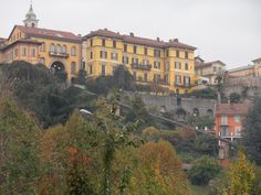 ...e davanti il borgo storico del Piazzo con la sua funicolare