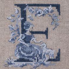 Le grand ABC «Toile de Jouy» bleu  à broder au point de croix