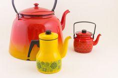 Arabia/Finel - Keltaisen kahvipannun mallin nimi on Messikalle ja kuvio on nimeltään Primavera. Punaisen kahvipannun mallin nimi on Onnimanni ja kuvio on nimeltään Kehrä. Finel valmisti näitä pannuja 60–70-luvulla. Pienempien pannujen koristekuvion suunnitteli Raija Uosikkinen. Buying Your First Car, Woodworking Inspiration, Modern Master Bedroom, Good Old Times, Retro Vintage, Vintage Stuff, Vintage Kitchenware, Modern Masters, Tea Sets