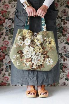 Bildresultat för shopping bag with black vintage rouses flowers Patchwork Bags, Quilted Bag, My Bags, Purses And Bags, Diy Sac, Carpet Bag, Floral Bags, Boho Bags, Bag Patterns To Sew