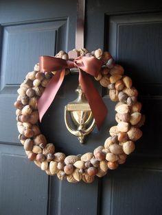 Una corona con frutos secos para decorar tu puerta.