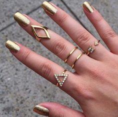 Ellerde 2015 Yüzük Modası #yüzük #moda #kadın #aksesuar http://www.kadinn.gen.tr/ellerde-2015-yuzuk-modasi.html