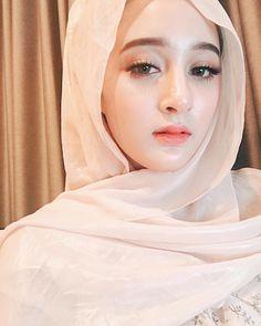 "The bare face image is her ""hot Muslim girl"" . Beautiful Hijab Girl, Beautiful Muslim Women, Beautiful Eyes, Arab Girls Hijab, Muslim Girls, Hijabi Girl, Girl Hijab, Stylish Hijab, Modern Hijab Fashion"