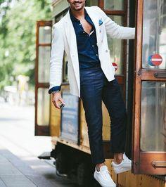 Acheter la tenue sur Lookastic: https://lookastic.fr/mode-homme/tenues/blazer-chemise-de-ville-pantalon-chino/19843   — Pochette de costume turquoise  — Chemise de ville bleue marine  — Blazer blanc  — Pantalon chino bleu marine  — Tennis blancs