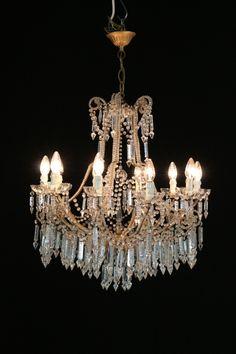 Lampadario del 900. Lampadario a dieci bracci e dieci punti luce. Pendenti in cristallo e perle in vetro a decorare i bracci.