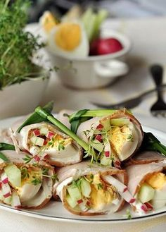 Protein, sprouts a nice amounts of colorful raw vegetables, Nice presentation. My Favorite Food, Favorite Recipes, Omelettes, Good Food, Yummy Food, Czech Recipes, Cooking Recipes, Healthy Recipes, Appetisers