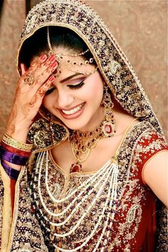 Pakistani Bridal Makeup is quite different from regular makeup styles. Bridal makeup is influenced by the event. As wedding is considered to be the big event any person life, so the person work on every detail of the event. Pakistani Bridal, Indian Bridal, Bride Indian, Pakistani Dresses, Beautiful Bride, Beautiful People, Moda Indiana, Beauty And Fashion, Beauty Style