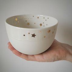 . Grand bol rond décoré d'un filet d'étoiles en or. #lepetitatelierdeparis #boletoilesor