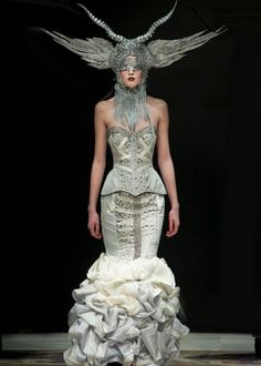 Babian Blue rules the runway during Valencia Fashion Week Weird Fashion, High Fashion, Fashion Looks, Design Textile, Crazy Outfits, Sculptural Fashion, Costume Design, Textiles, Couture Fashion