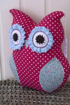 Baby Uggla, Baby Owl, Ugglekudde, Kudde, Pillow, Tyg, Fabric, Cerise white dots, Cerise vit prickigt, Black and white, Virkat, Crochet, Hantverk, Handmade
