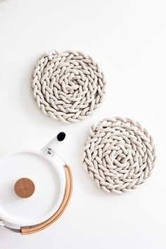 The DIY Trivet Finger Knitting Pattern is a half-hour project that will add simple beauty to your table and kitchen. This easy knitting pattern only requires cotton rope, a little bit of tape, and your own two hands. Diy Finger Knitting, Finger Crochet, Arm Knitting, Rope Crafts, Yarn Crafts, Summer Knitting Projects, Weather Crafts, Weather Activities, Diy Mothers Day Gifts