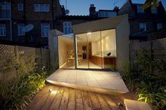 Paul McAneary Architects a conçu cette extension contemporaine à Londres.  Le projet avait pour but de rénover et d'étendre la maison de deux étages, composée de trois chambres à coucher, qui était dans un état de décrépitude et dans le besoin de rénovation et de modernisation. Le client a exprimé le désir d'être en mesure de percevoir le jardin comme un prolongement de l'espace intérieur.