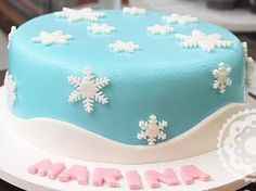 Bolo da Elsa: 80 Modelos Fantásticos Para se Inspirar! Bolo Elsa, Elsa Frozen, Simple Frozen Cake, White Frosting, Natural Beauty Hacks, Cake Ideas, Birthday Cakes, Elsa From Frozen