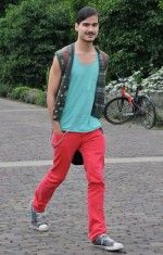 Colour pop blocking from Dann van der Hoeven's street style snaps at Fashion Beans - with a sneaky added print - top style points for him! Amsterdam Street Style, Fashion Articles, Fashion Tips, Chuck Berry, Style Snaps, Men Style Tips, Style Guides, Street Wear, Menswear
