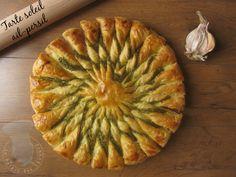 TARTE SOLEIL AIL / PERSIL - (2 pâtes feuilletées, 50 g de fromage frais, 50 g de beurre, 2 gousses d'ail, 1 bouquet de persil plat, 1 jaune d'œuf, sel, poivre)