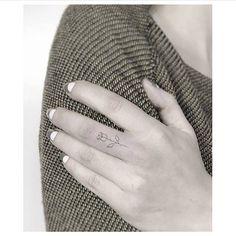 Micro rose tattoo on the middle finger. Artista Tatuador: Jakub Nowicz