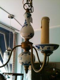 Klein Delftsblauw kroonluchtertje. Small Delft blue chandelier