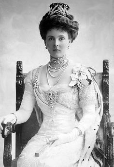 Princess Alice of Albany, Countess of Athlone. Only daughter of Victoria's youngest son Leopold Duke of Albany. She married Queen Mary's brother, the Earl of Althone one time governor general of Canada. Last surviving of Queen Victoria's granddaughters.