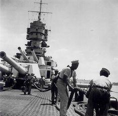 Marinai al lavoro sul ponte della RN Vittorio Veneto nel porto di Taranto