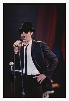 The Blues Brothers Dan Akroyd singing on stage Blues Brothers Movie, Lynn Goldsmith, Top Film, British Invasion, Old Tv Shows, Prime Time, Friends Mom, King Kong, Film Movie