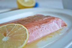 Das Rezept für Grilllachs mit Zitronen-Honig Marinade ist süss durch den Honig, sauer dank der Zitrone und aus Zutaten, welche man immer im Haus hat.