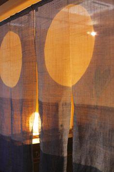 【個室料亭 「料亭 美湖」】ご夕食、ご朝食共に個室料亭でゆっくりと流れる時間の中でお食事をお召し上がりいただけます。 Noren Curtains, Curtain Designs, Projects To Try, Table Lamp, Chic, Interior, Home Decor, Style, Blinds