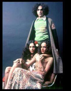 Caetano Veloso com Gal Costa e Maria Bethânia, fotografados no início dos anos 1970
