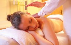 This is the complete information about what is Ayurvedic massage therapy? How does Ayurveda help for good health through massage? What are the benefits of Ayurvedic massage therapy? Wellness Massage, Wellness Spa, Massage Relaxant, Sante Bio, Le Reiki, Fitness Tips, Health Fitness, Getting A Massage, Thai Massage