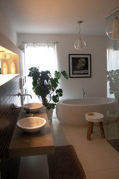 Fugenlose Wand setzt frei stehende Badewanne in Szene: klassische ...