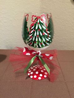 Christmas Tree wine glasses - Just in time for the holidays! These festive wine glasses are perfect for a nice glass of eggnog, or any holiday Diy Wine Glasses, Decorated Wine Glasses, Hand Painted Wine Glasses, Painted Wine Bottles, Wine Glass Crafts, Wine Bottle Crafts, Wine Glass Candle Holder, Candle Holders, Natal Diy