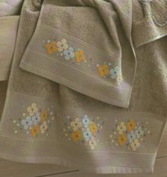 Perfect for a narrow table Runner. Cross Stitch Borders, Modern Cross Stitch Patterns, Cross Stitch Charts, Cross Stitch Designs, Cross Stitching, Towel Embroidery, Hand Embroidery Designs, Ribbon Embroidery, Embroidery Stitches