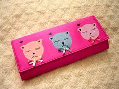 Geanta-plic Pastel Cats de ebonyvintage Breslo Continental Wallet, Purses And Bags, Sunglasses Case, Pastel, Cats, Life, Cake, Gatos, Cat