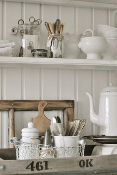 Decorating with a vintage, shabby chic neutral tones. White Cottage, Cottage Chic, Vintage Modern, Vintage Decor, Vintage Country, Country Decor, Farmhouse Decor, Cocinas Kitchen, White Dishes
