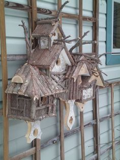 One great way to attract birds to your garden is by providing them with a comfortable nest in which they would definitely continue returning. Believe it or not, there are bird houses that are already made and there are bird house kit Deco Champetre, Bird House Feeder, Birdhouse Designs, Bird Boxes, Fairy Houses, Little Houses, Yard Art, Bird Feathers, Beautiful Birds
