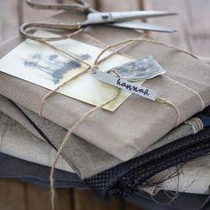 Simpel idee om cadeautjes leuk in te pakken. Gebruik stof, maak eigen labels van klei en wikkel in met een mooi kaartje en touw. Beeld uit de serie #diyclay gepubliceerd in #vtwonen | #diy #diygifts #vtwonenmagazine #photography @anouk309 styling @rnoordam