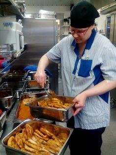 Sanna valmistaa sunnuntain lounaan porsaanleikkeitä! Paistettu on jo, eikun astioihin jako ja hetkeksi hautumaan uuniin! Edellisenä päivänä on leikkeet laitettu maustumaan!