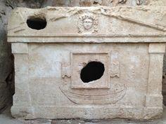 In Olympos findet man den originalen etwa zweitausend Jahre alten Mosaikboden und einige kleinere Kuppeln des antiken Badehauses, Reste eines Tempels und eines Theaters, zahlreiche steinerne Grabdenkmäler und immer wieder Mauerstücke, die ahnen lassen, was für prächtige Gebäude hier einstmals standen.