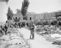 Turkish prisoners in Turkish prison yard in Smyrna. Ottoman Turks, Greek Warrior, British Soldier, Military History, World War, Natural Stones, Istanbul, Cool Photos, Greece