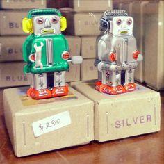 MUSEO DEL JUGUETE ANTIGUO CIUDAD DE MÉXICO Cómo pasaron este Día de Reyes? Nosotros recordando a los chiches del Museo del Juguete Antiguo de México! Estos robotitos japoneses debieron ser todo un acontecimiento en alguna mañana de Reyes hace medio siglo! Y hablando de regalos ya tenemos los resultados del Sorteo Tiki en un ratito anunciamos a la ganadora!! Felices Reyes!!! ==================================== Vintage Japanese robots at the Toys Museum in Mexico City. These little tin guys…
