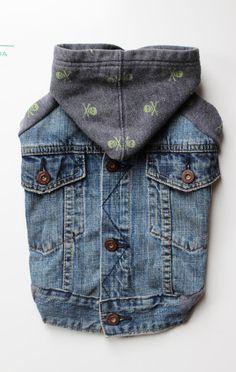 Esta chaqueta de dril de algodón reciclado está hecha de una combinación de una chaqueta de mezclilla de Gap con cobre botones (hasta atrás) y un cráneo lindo y sudadera de los huesos. HEM es una combinación de la banda original de dobladillo de jean y el dobladillo acabado sudadera costilla - para que un poco más se monta alrededor del vientre. Máquina de lavado y seca.  Medidas chaqueta: Longitud de espalda: 13.5 Circunferencia: 19 Vientre: 17 Cuello: 13(cabe un poco más grande debido a la…