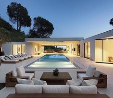 The Museum Modern Home by DIJ Group in Beverly Hills, LA is an extraordinary… - Luxury Homes Beverly Hills, Moderne Pools, Design Exterior, Modern Backyard, Backyard Landscaping, Landscaping Ideas, Asian Home Decor, Indoor Outdoor Living, Outdoor Lounge