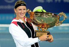 Victoria Azarenka si trofeul cucerit la Beijing